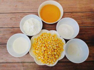 黄金玉米烙,将新鲜甜玉米剖成颗粒状,准备玉米粉,糯米粉和糖粉,油,牛奶。