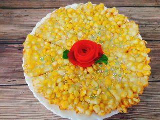 黄金玉米烙,装盘后洒上少许细砂糖,还有孩子喜欢的糖珠,这个纯粹装饰不喜欢的可以直接忽视。