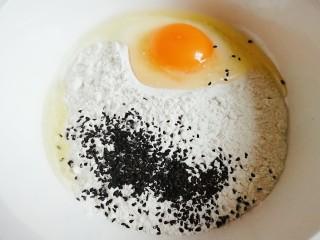 脆皮风车(炸焦叶),把鸡蛋和黑芝麻倒入面粉中