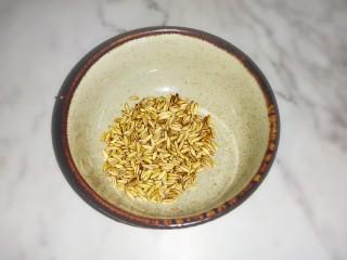红豆花生燕麦粥,燕麦米20克,洗干净沥水备用。