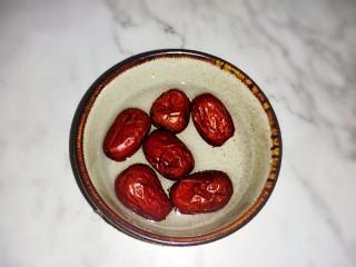红豆花生燕麦粥,大枣6克,洗干净沥水备用。