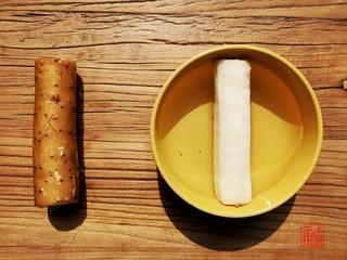 山药猪脚汤,充值你的胶原蛋白,山药去皮泡盐水切片。