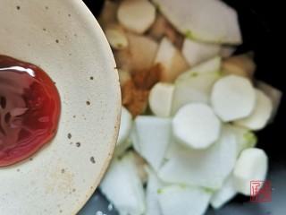 山药猪脚汤,充值你的胶原蛋白,放入蚝油,加200ml水开始煮炖,约45分钟。开盖享用喽~