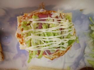三明治~快手早餐,依次放上荷包蛋,火腿,蔬菜,沙拉盖上面包片