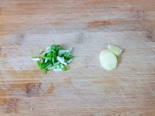 虾干海带冬瓜汤,葱姜去皮切好。