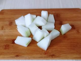 虾干海带冬瓜汤,洗干净,再切小块。