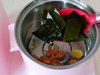 虾干海带冬瓜汤,加入切好的海带。