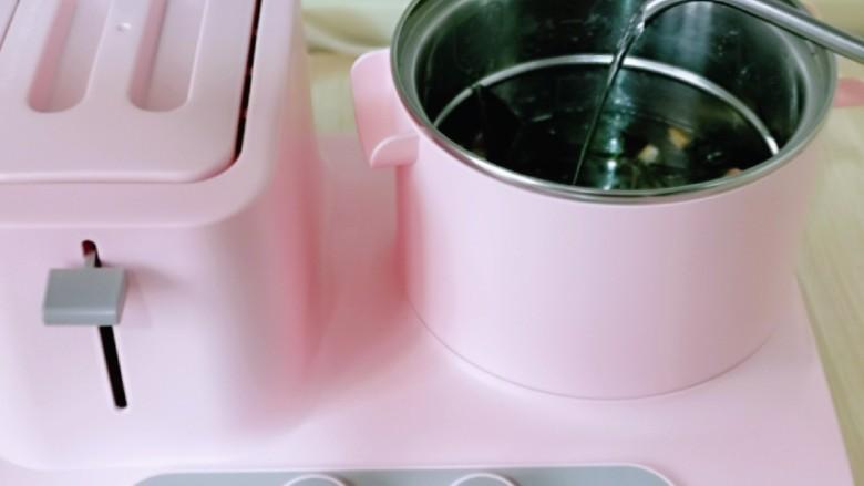 虾干海带冬瓜汤,加入纯净水。