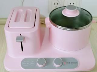 虾干海带冬瓜汤,盖上早餐机盖子,煮15分钟。