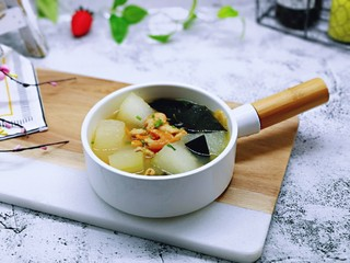 虾干海带冬瓜汤,盛出装入汤碗,撒上葱花。