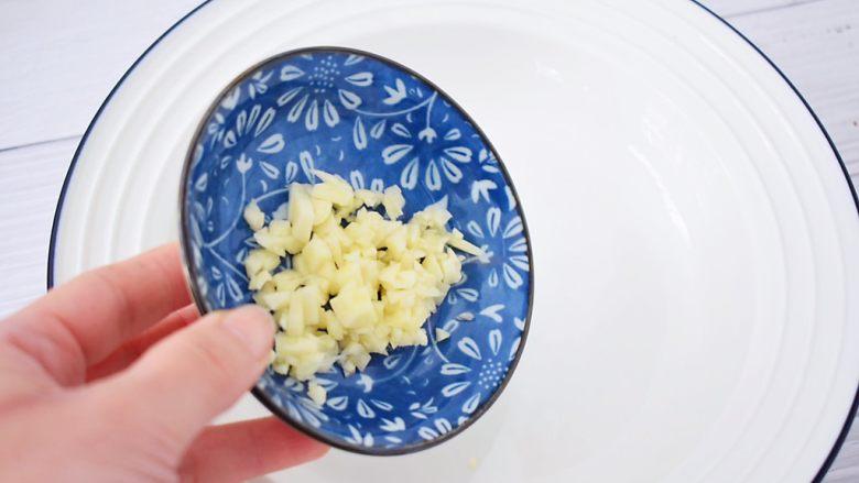开胃凉拌面,取一个大碗:放入蒜末