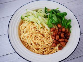 开胃凉拌面,放入黄瓜丝、花生米、香菜,拌匀即可食用