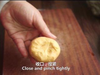 一根香蕉,一碗糯米粉,一块地瓜,就能做出美味的红薯香蕉糯米饼,收口捏紧