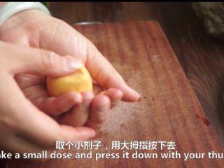 一根香蕉,一碗糯米粉,一块地瓜,就能做出美味的红薯香蕉糯米饼,大拇指按压