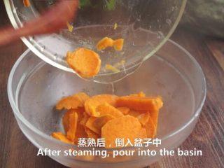 一根香蕉,一碗糯米粉,一块地瓜,就能做出美味的红薯香蕉糯米饼,倒入盆子