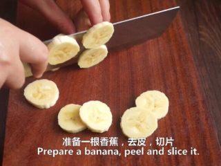一根香蕉,一碗糯米粉,一块地瓜,就能做出美味的红薯香蕉糯米饼,香蕉切片