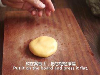 一根香蕉,一碗糯米粉,一块地瓜,就能做出美味的红薯香蕉糯米饼,按扁