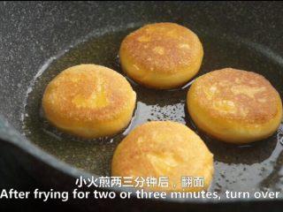 一根香蕉,一碗糯米粉,一块地瓜,就能做出美味的红薯香蕉糯米饼,小火煎两三分钟,翻面
