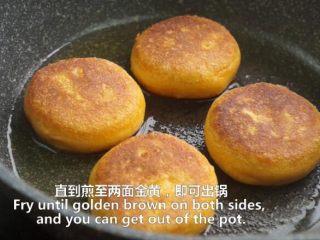 一根香蕉,一碗糯米粉,一块地瓜,就能做出美味的红薯香蕉糯米饼,煎至两面金黄,即可出锅
