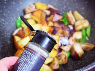 地三鲜(少油版),加入胡椒粉