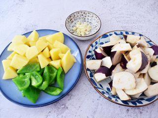 地三鲜(少油版),茄子洗净滚刀切块,青椒洗净去籽切成小块,土豆去皮滚刀切块,蒜切末