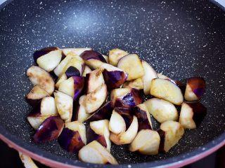 地三鲜(少油版),煎至变软盛出备用