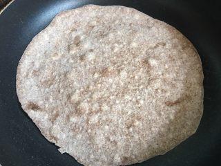 墨西哥卷饼,放入平底锅,不放油,大火,起泡后翻面