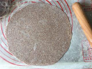 墨西哥卷饼,撒点面粉防粘,擀成薄薄的圆面片