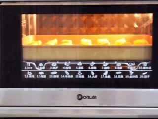 脆皮鲜奶,放入预热好的烤箱,上下火180度,中层烤15分钟左右