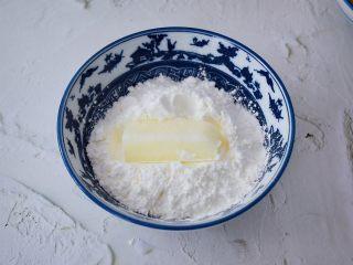 脆皮鲜奶,先把奶条放入玉米淀粉裹上一层薄薄的玉米淀粉
