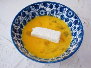脆皮鲜奶,再放入蛋液中沾满蛋液