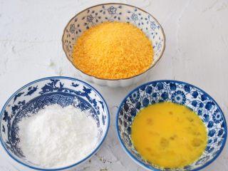 脆皮鲜奶,鸡蛋打散备用,玉米淀粉和面包糠分别装在碗中备用
