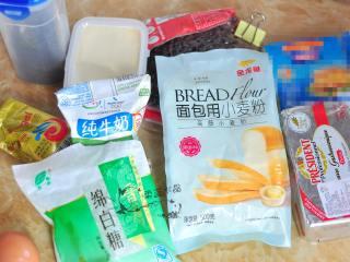 红茶奶酪软欧,准备好所用到的主要食材。