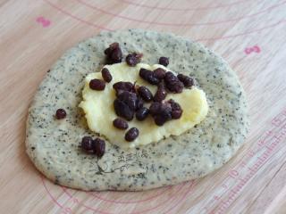 红茶奶酪软欧,奶油奶酪软化后,加入糖和奶粉拌匀,取一个面团,抹上奶酪馅,撒上蜜红豆。