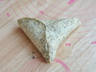 红茶奶酪软欧,面皮如图捏紧后,则形成了三角状。