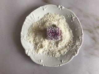 紫薯牛奶小方,沾满椰蓉就可以吃了