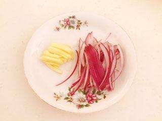 牛柳炖豆泡,鲜姜切成丝,紫皮圆葱切成丝