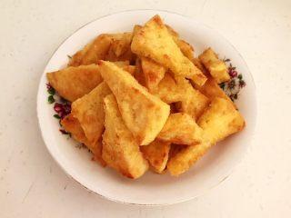 牛柳炖豆泡,把煎好的豆腐块盛出来