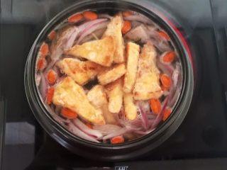牛柳炖豆泡,加入煎好的豆泡,大火烧开后小火慢烧15分钟