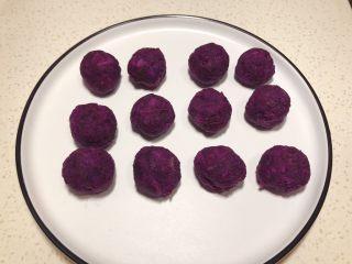全麦粉紫薯馅华夫饼,平均分12个紫薯球。