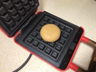 全麦粉紫薯馅华夫饼,收口朝下放入提前预热的华夫饼模具中间,盖上盖子,扣上卡扣。