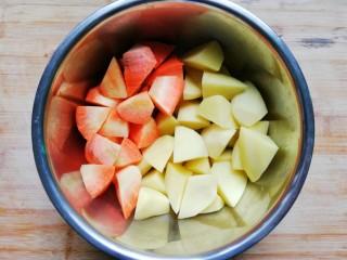 大盘鸡,胡萝卜、土豆洗净切块备用