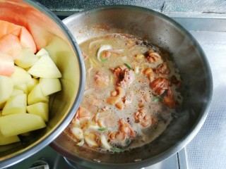 大盘鸡,放入胡萝卜、土豆块,盖上盖子,大火烧开,小火慢炖20分钟