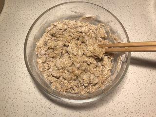 全麦粉紫薯馅华夫饼,除白糖和紫薯,全部材料混合在一起用筷子搅拌成絮状。