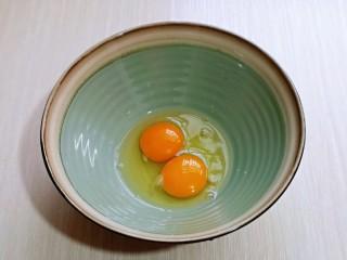 黑芝麻麻薯面包,首先将鸡蛋放大口器具中,并称重,我用的草鸡蛋,比较小,两个刚好80g。
