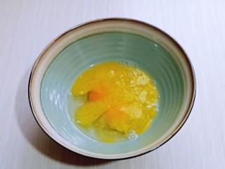 黑芝麻麻薯面包,待晾凉的黄油倒入蛋液中。