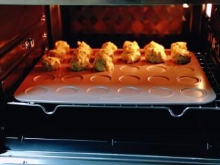 黑芝麻麻薯面包,将烤盘入预热好的烤箱中层。(170度预热10分钟)    1