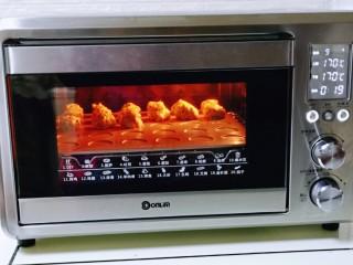 黑芝麻麻薯面包,上下换170°烤20分钟。(烤箱温度及时间仅供参考)
