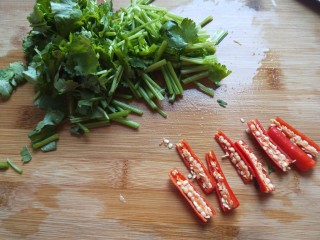 白萝卜香辣凉拌菜   新文美食,香菜切成段,小米去头去尾切成两半。