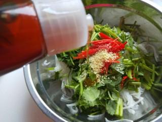 白萝卜香辣凉拌菜   新文美食,倒入适量香油。
